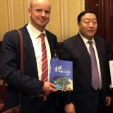 Energy BrainPool公司总裁 托比亚斯 库尔特和中国国家电网公司董事长刘振亚(左起)